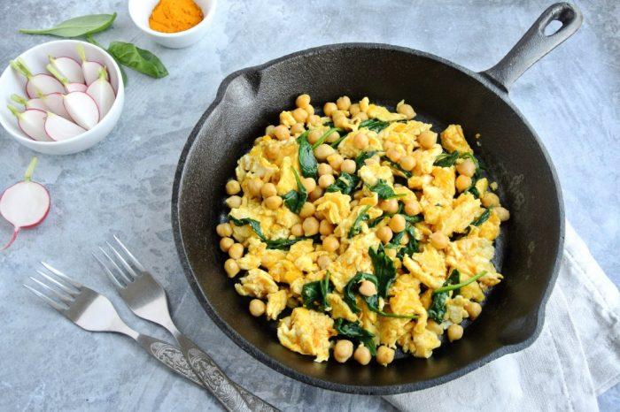 Proteínové raňajky - Výdatná praženica s cícerom a špenátom