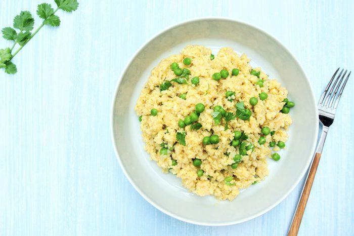 Opekaná ryža s karfiolom a hráškom