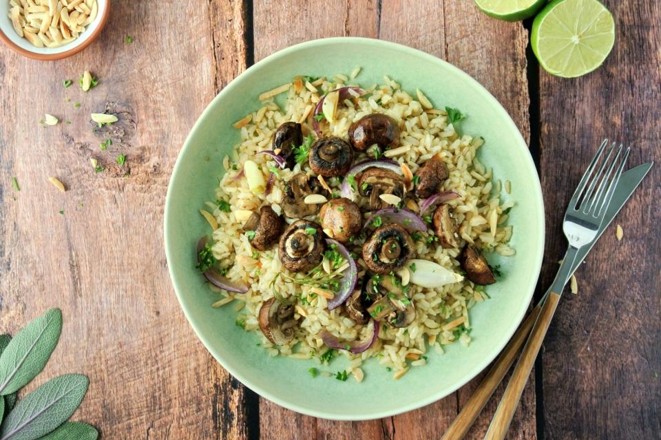 Hnedá ryža s pečenými hubami a bylinkami