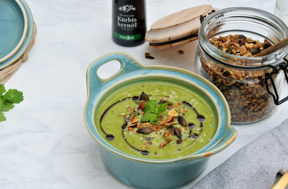 zelená krémová polievka s tekvicovým olejom