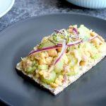 Tuniakový šalát s cícerom a zelerom